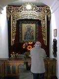 教会内部,有祷告的圣玛丽法坛 免版税库存图片