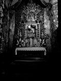 教会内部 在黑白的艺术性的神色 库存图片
