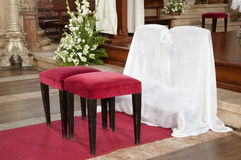 教会凳子婚礼 库存图片