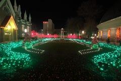 教会包围的圣诞灯 免版税库存图片