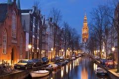 教会和一条运河在阿姆斯特丹在晚上 免版税库存照片