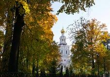 教会和圆顶在染黄的树之间 美丽晴朗 库存图片