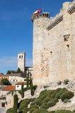 教会和城堡鸟入,瓜达拉哈拉,西班牙 免版税库存照片