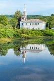 教会和大厦的反射在水 免版税库存照片