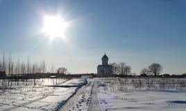 教会和太阳、冬天和雪 库存图片