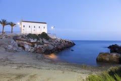 教会和小海滩在Isla Plana,西班牙 免版税库存照片