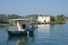 教会和小船在Gouvia,科孚岛 库存照片