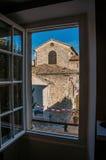 教会和尖顶与时钟在Vence村庄 库存照片