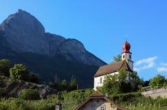 教会和山,瑞士 免版税库存照片