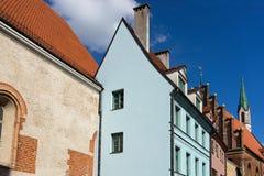 教会和房子屋顶在老镇里加 免版税库存照片