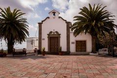 教会和棕榈在正方形,西班牙 库存图片