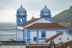 教会和海洋在Angra做Heroismo, Terceira,亚速尔群岛海岛  库存图片