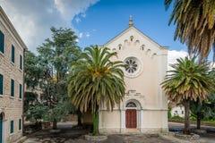 教会和石头老房子镇定与棕榈的看法 免版税库存照片