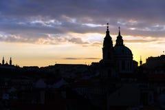 教会和老镇剪影在日落的布拉格 免版税图库摄影