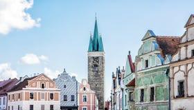 教会和著名16世纪房子在Telc,捷克语 免版税库存图片