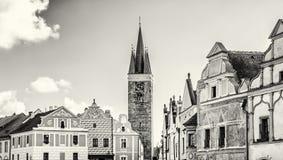 教会和著名16世纪房子在Telc,无色 免版税库存照片
