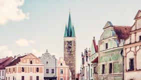 教会和著名16世纪房子在Telc,老过滤器 库存照片