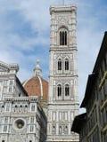 教会和钟楼在佛罗伦萨中心 免版税库存照片
