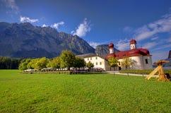 教会和阿尔卑斯山 库存图片