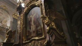 教会哥特式内部 金黄天使雕塑围拢象 有历史的结构 股票视频