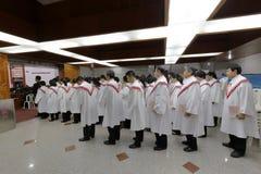 教会唱诗班准备庆祝圣诞前夕 免版税库存照片