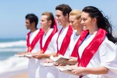 教会唱诗班唱歌海滩 免版税图库摄影