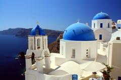 教会圆屋顶oia santorini 图库摄影