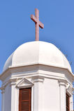 教会圆顶和交叉在天空下 库存照片