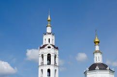 教会圆顶有十字架的反对天空 免版税库存照片