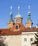 教会圣劳伦斯(Vavrinec) Petrin小山 布拉格 cesky捷克krumlov中世纪老共和国城镇视图 免版税图库摄影