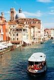 教会圣热雷米亚和在大运河的ACTV vaporetto 免版税图库摄影