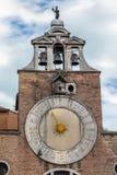 教会圣贾科莫di Rialto的钟楼在威尼斯,意大利 图库摄影