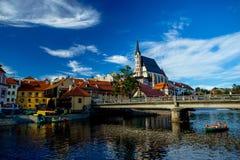 教会圣Vitus和伏尔塔瓦河河的浪漫看法在捷克克鲁姆洛夫 库存图片