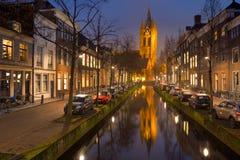 教会在一条运河反射了在德尔福特,荷兰 库存图片