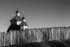 教会在反对天空的古老堡垒 免版税库存照片