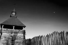 教会在反对天空的古老堡垒 库存图片
