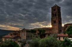 教会在小Provencal镇Moustiers Sainte玛里,法国 库存图片