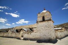 教会在帕里纳科塔火山,智利 免版税库存照片