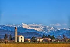 教会在意大利的北部的一个田园诗小的村庄 库存照片