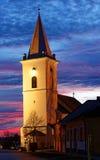 教会在晚上光的一个小的村庄 库存照片