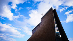 教会在清楚的蓝天下 免版税库存照片
