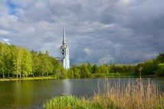 教会在湖岸的桦树树丛里 免版税库存照片