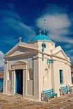 教会在米科诺斯岛,希腊 与蓝色圆顶的寺庙大厦与好的建筑学 贴水晴朗的天空的帕帕佐普洛斯教会 免版税库存照片