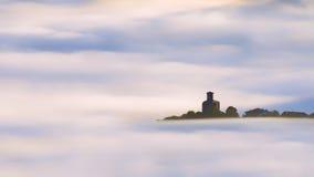 教会在围拢由雾的Aramaio 免版税库存图片