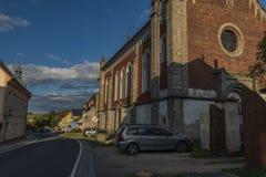 教会在Krasno村庄在夏天晴朗的晚上 免版税图库摄影