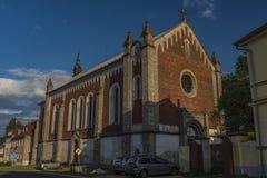 教会在Krasno村庄在夏天晴朗的晚上 免版税库存照片
