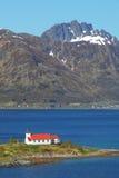 教会在Lofoten海岛上的海湾在挪威 免版税库存图片