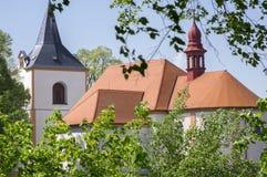 教会在Vraclav村庄,与塔nad红色屋顶在小山,蓝天的荐骨的历史的遗产命名了Nanebevzeti panny玛里 图库摄影