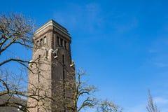 教会塔街道的Dubbeldamseweg,Singel,在多德雷赫特,荷兰 图库摄影