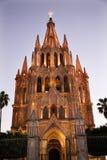 教会夜间点燃墨西哥米格尔・圣 免版税库存图片